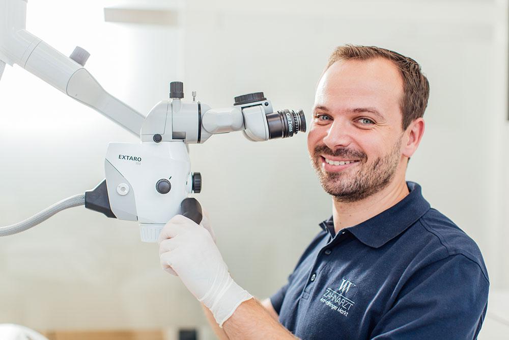 Wurzelkanalbehandlung Vaihingen - Zahnarzt Wenninger am Mikroskop