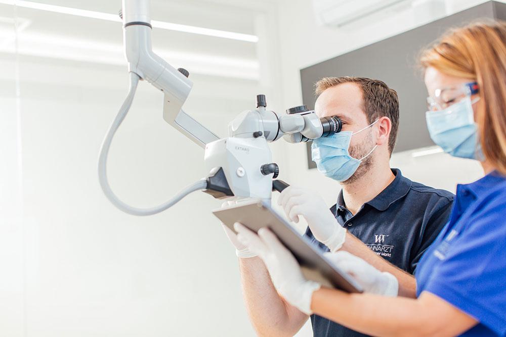 Wurzelkanalbehandlung Vaihingen - Zahnarzt Wenninger - arbeiten mit dem Mikroskop